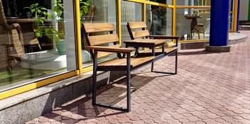 """Возле """"Мебельного квартала"""" установлена скамья для отдыха и кофе-брейков"""